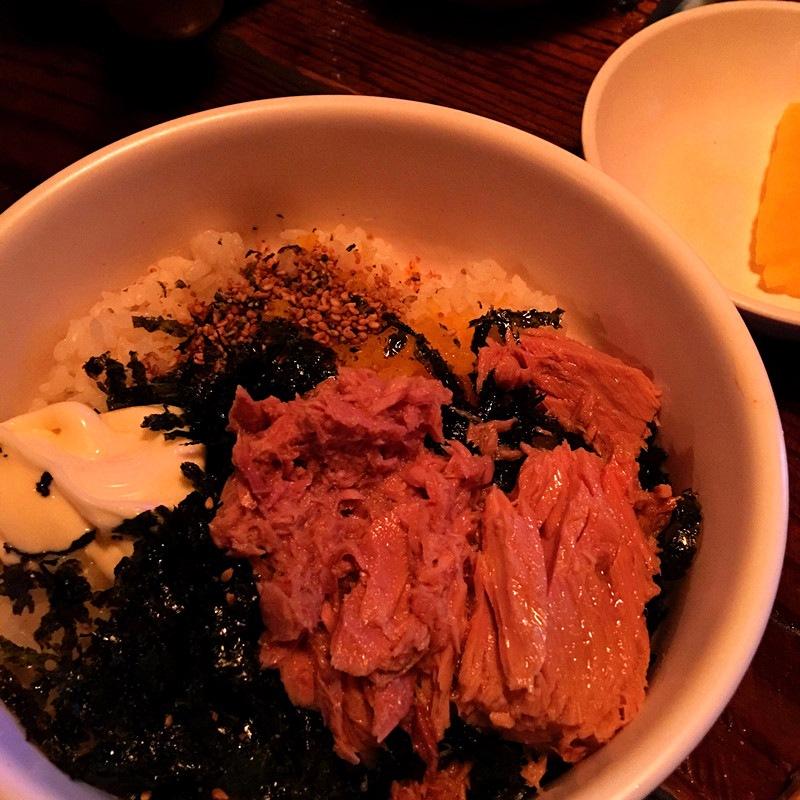 韓國人吃辣雞爪最喜歡搭配的就是手抓金槍魚飯糰。這家飯糰毫不誇張的說,是小編吃過最好吃的!金槍魚可見給的非常多,醬料也很豐富。價錢便宜只要3000元就可以。
