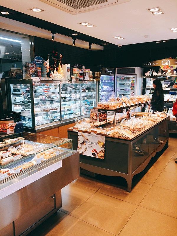 相信很多人都知道,韓國的餐廳營業時間一般都集中於下午至凌晨,因此想吃早點是一件非常困難的事,這時就不妨考慮到麵包店喝杯咖啡吃些包點。
