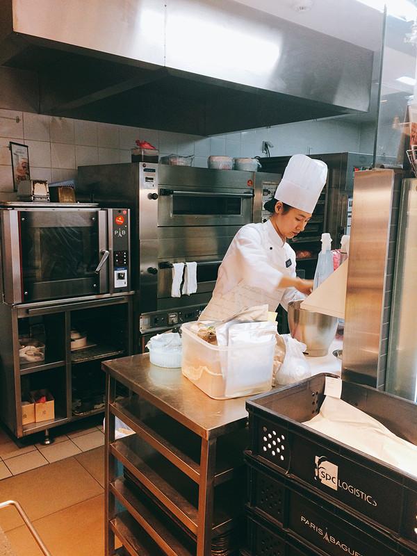 開放式的廚房更是讓小編看得著迷,還有機會遇上剛剛新鮮出爐的麵包呢~