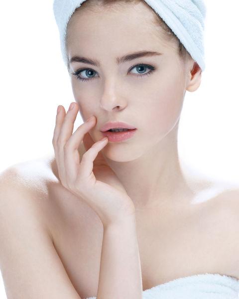 不要洗完臉直接敷面膜 肌膚每天都暴露在外被空氣髒污殘害,灰塵汙垢跟老化角質全都堆積在表層,敷臉之前正確的清潔步驟應該是「清洗、去角質、化妝水」,如果Angels敷臉前不先好好洗臉、去臉部角質,就算保濕力再強的面膜都無法滲透到肌膚底層,等於保養品的錢通通白花啦,再來用化妝水輕輕擦拭,化妝水中的水份先幫肌膚打底,後續才能發揮面膜最好的功效