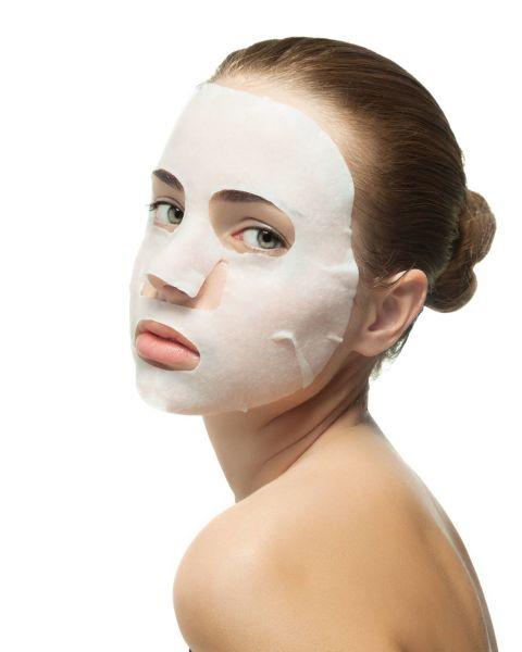 不要洗澡時敷面膜 有些Angels會在洗澡時「順便」敷面膜,也許可以節省時間,但卻會發現效果不佳,因為洗澡時的水氣,會讓片狀面膜難以貼合皮膚,當然就沒辦法把面膜效果發揮到百分之百啦,即使是水洗式面膜,也容易因為忘記時間敷太久導致肌膚問題,敷面膜的最佳時間應該在洗澡後半小時之內,毛孔還處於微張狀態、血液循環也好,最利吸收面膜中的精華!