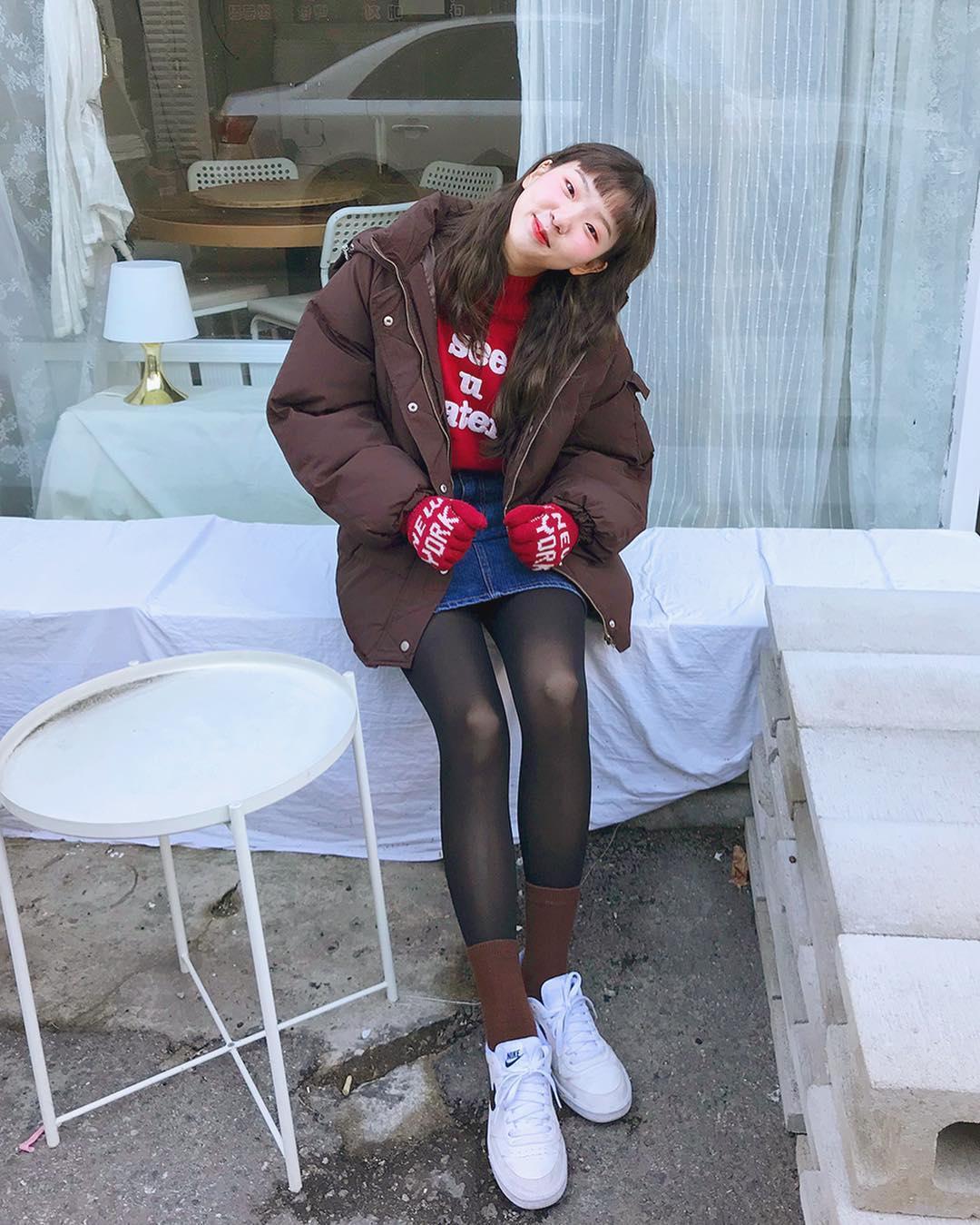#40-50丹尼 - 微微透膚 40-50丹尼的褲襪透膚感會再更弱一些,但因為緊度增加,對於有蘿蔔腿、小腿腫脹這方面困擾的女孩完全是福音~