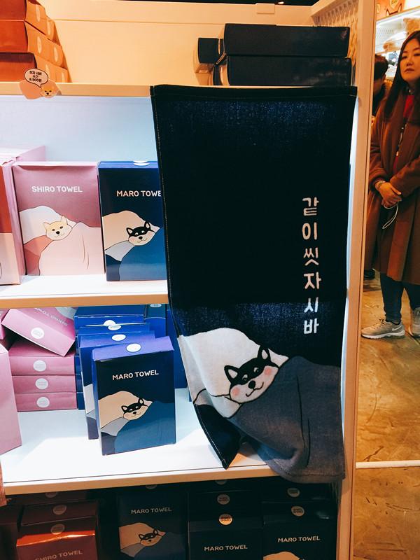 """洗澡用的小毛巾~上面寫著""""一起洗吧shiba"""",shiba是韓語髒話的諧音,整個系列都是取了這個諧音的玩笑喔"""