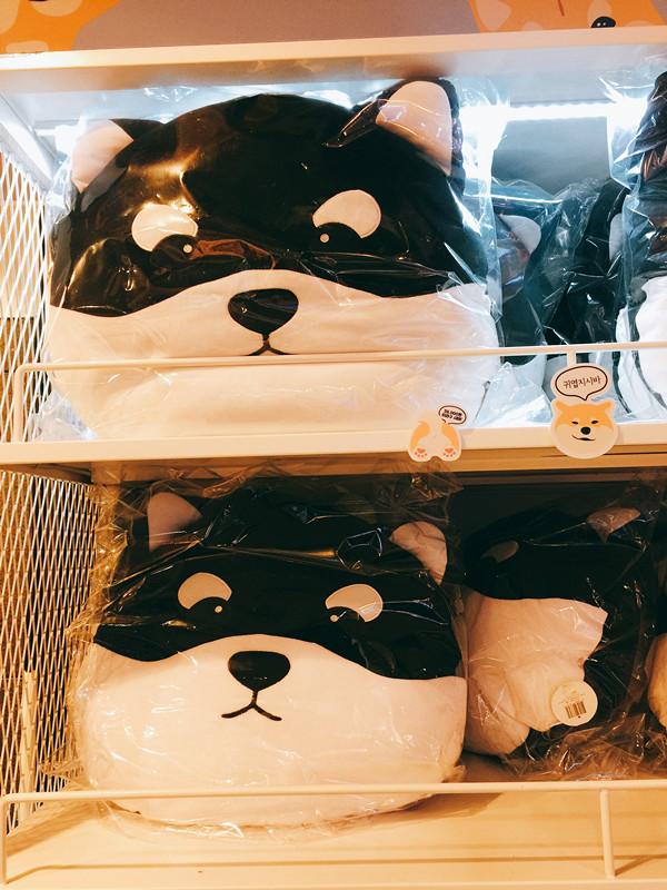 還有這個!黑白柴犬頭抱枕!每個顏色一個放在沙發上真的超可愛的!