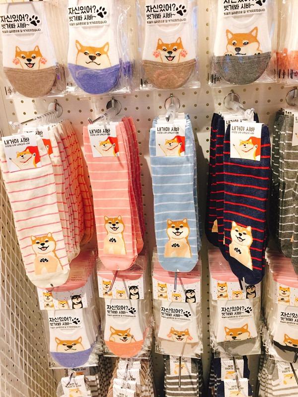 另外一個必買的就是2000韓元的襪子!韓國的襪子向來都是有名的便宜又大碗~其中幾款穿起來還有半隻柴犬在腳跟位置喔!