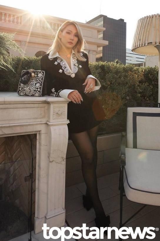 *CL 1991年出生 換了彩妝大神PONY擔任專屬彩妝師之後,CL不只越來越漂亮,還超具有女王架式!現在的髮型大部分都是維持大旁分的中長髮配合淺髮色
