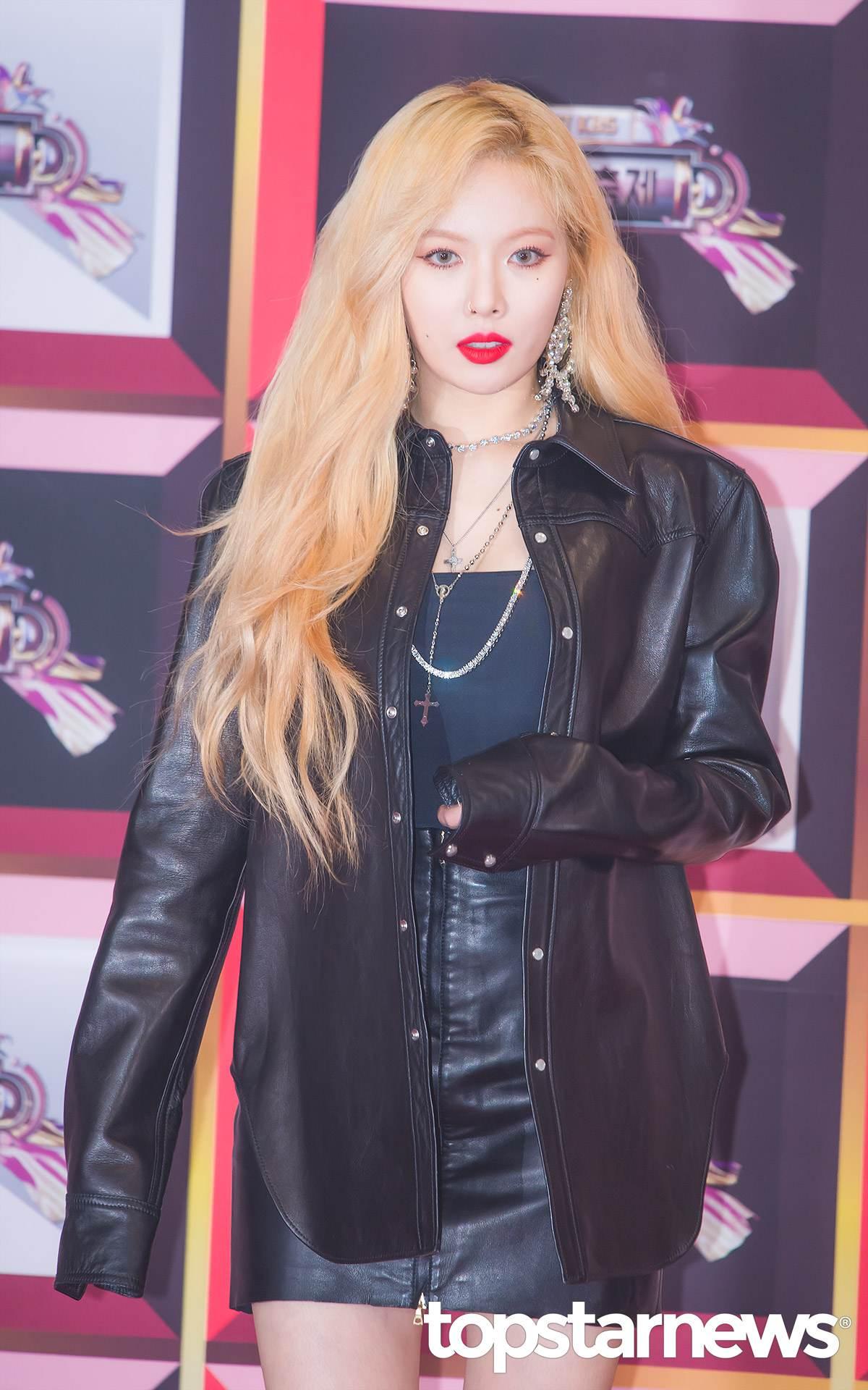 *泫雅 1992年出生 最近的泫雅剛以《Lip & Hip》回歸,大旁分又有點亂的捲髮配合上金色的髮色,風格越來越狂野,但是你記得泫雅剛成年的時候其實走的是可愛的性感路線嗎?