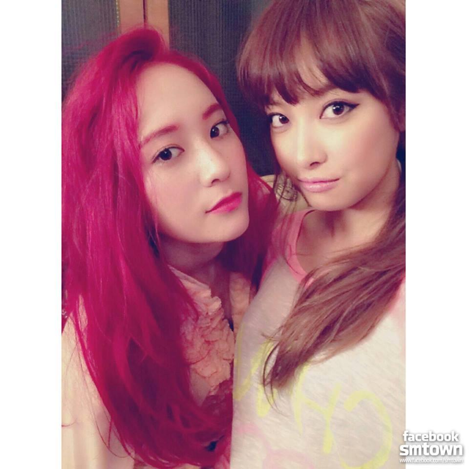 19歲那年f(x)發行《初智齒(Rum Pum Pum Pum)》,Krystal大膽染了鮮紅的髮色,也算是作為成年的一個突破吧!