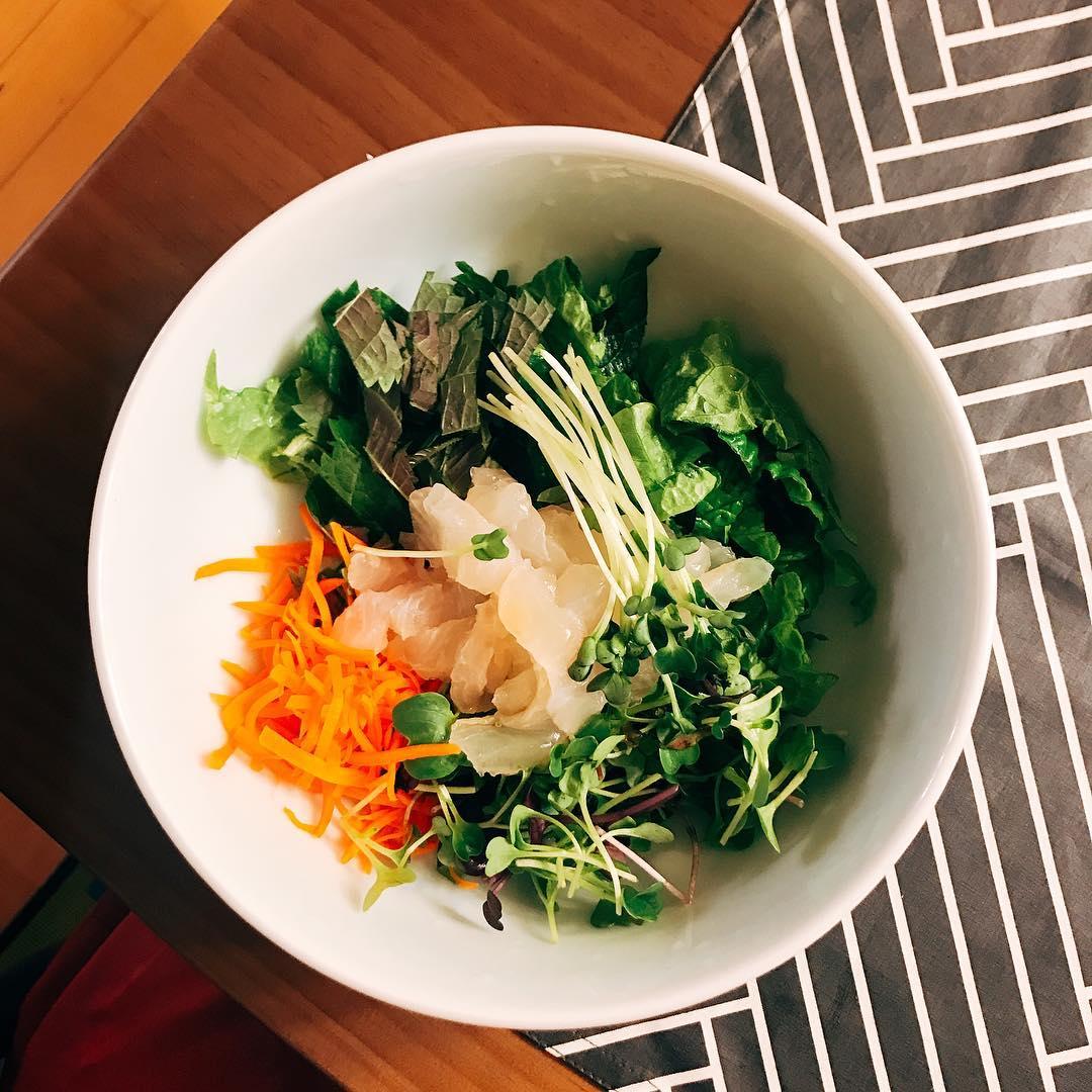 △晚餐: 晚餐就必須要吃得稍微少一些,並且盡量避免澱粉類,挑選蔬菜、富含蛋白質的肉類。像是生菜沙拉、燙青菜、燙雞胸肉等都是不錯的選擇。