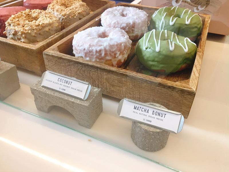 點餐櫃檯底下展示了好多甜甜圈,口味從提拉米蘇、花生奶油到抹茶都有,這時候選擇障礙症直接出現,好想每一個口味都吃一遍!