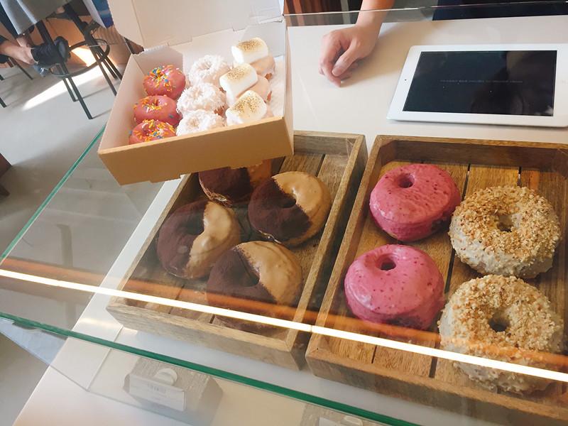 不過最可愛的就是左上角那一盒迷你甜甜圈啦!!好多人都是外帶好幾盒回家的!