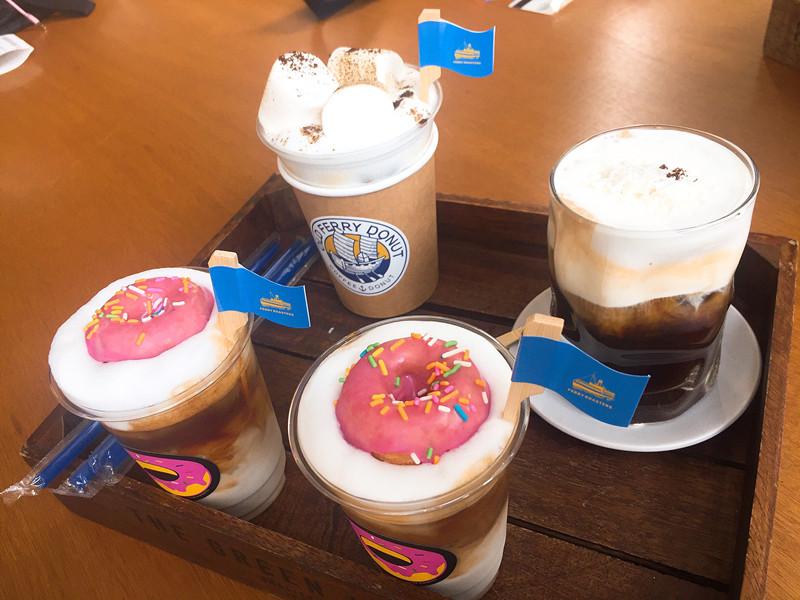 登愣!最期待的咖啡來啦!除了必點的甜甜圈咖啡之外,小編跟朋友們還點了其他招牌咖啡,分別是椰子維也納咖啡跟海鹽焦糖拿鐵