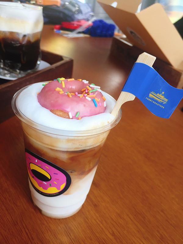 這杯甜甜圈咖啡也有一個很可愛的名字,韓文叫튜브라떼,就是游泳圈拿鐵的意思,是不是可愛到捨不得喝掉呢!