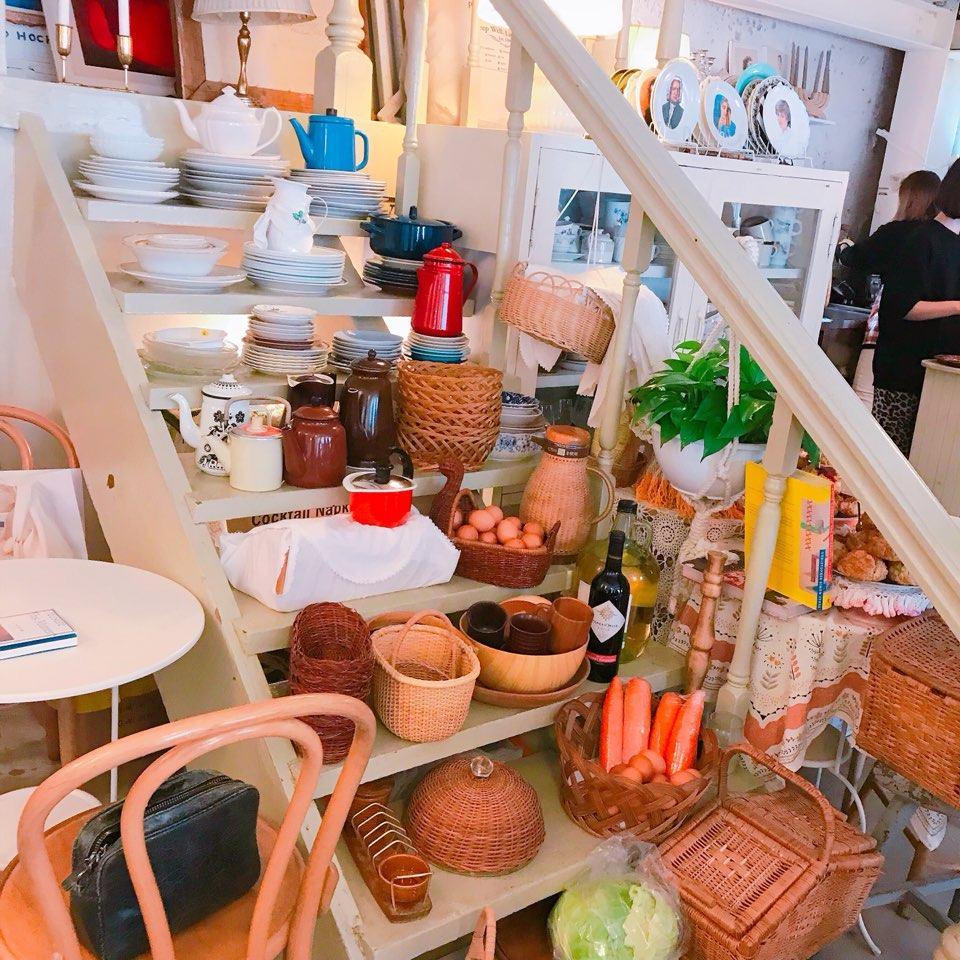 一進去就被吸引著,因為樓梯放著大大小小的不同樣式的廚具,店家十分喜歡英式風格廚具,收集了各式各樣的碟子,不同的甜品會搭配不同的碟子,所以大家要留意看看自己的碟子喔~每一個都是店家的收藏