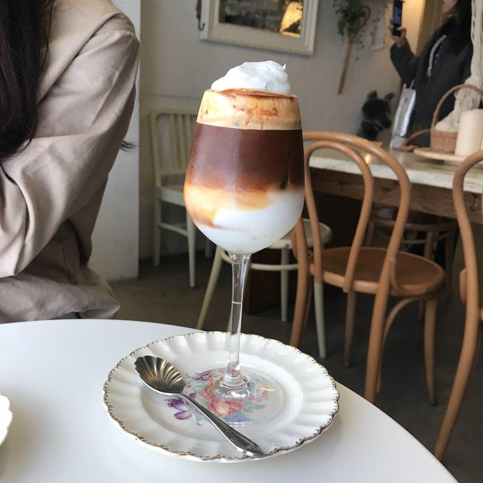 飲料當然也要點一下人氣NO.1的鮮奶油拿鐵,咖啡配上滿滿的鮮奶油 可以先不要攪拌 先嚐嚐奶油的口感 之後再把底下的奶油一起攪拌~喝到咖啡的香味再加上鮮奶油淡淡的香甜味