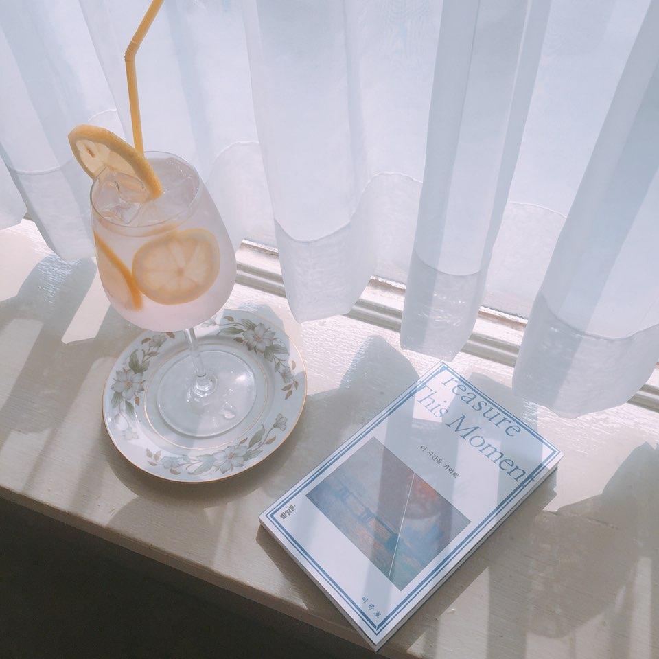 推薦大家坐窗口的位子 光線十足之餘 白白窗廉當背景 根本放什麼下去都很好拍阿~