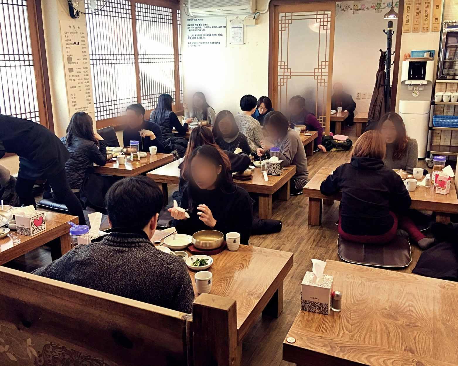 店內位子是傳統韓食餐廳裝潢,需要脫鞋入內。用餐時間人真的很多,小編還等了一組客人才入座。