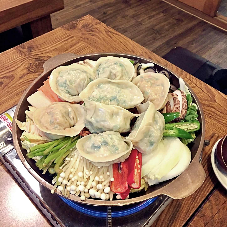 噹!各位觀眾!你看這個巨無霸餃子有多誇張!一鍋會有三種口味:原味、鮮蝦、泡菜。