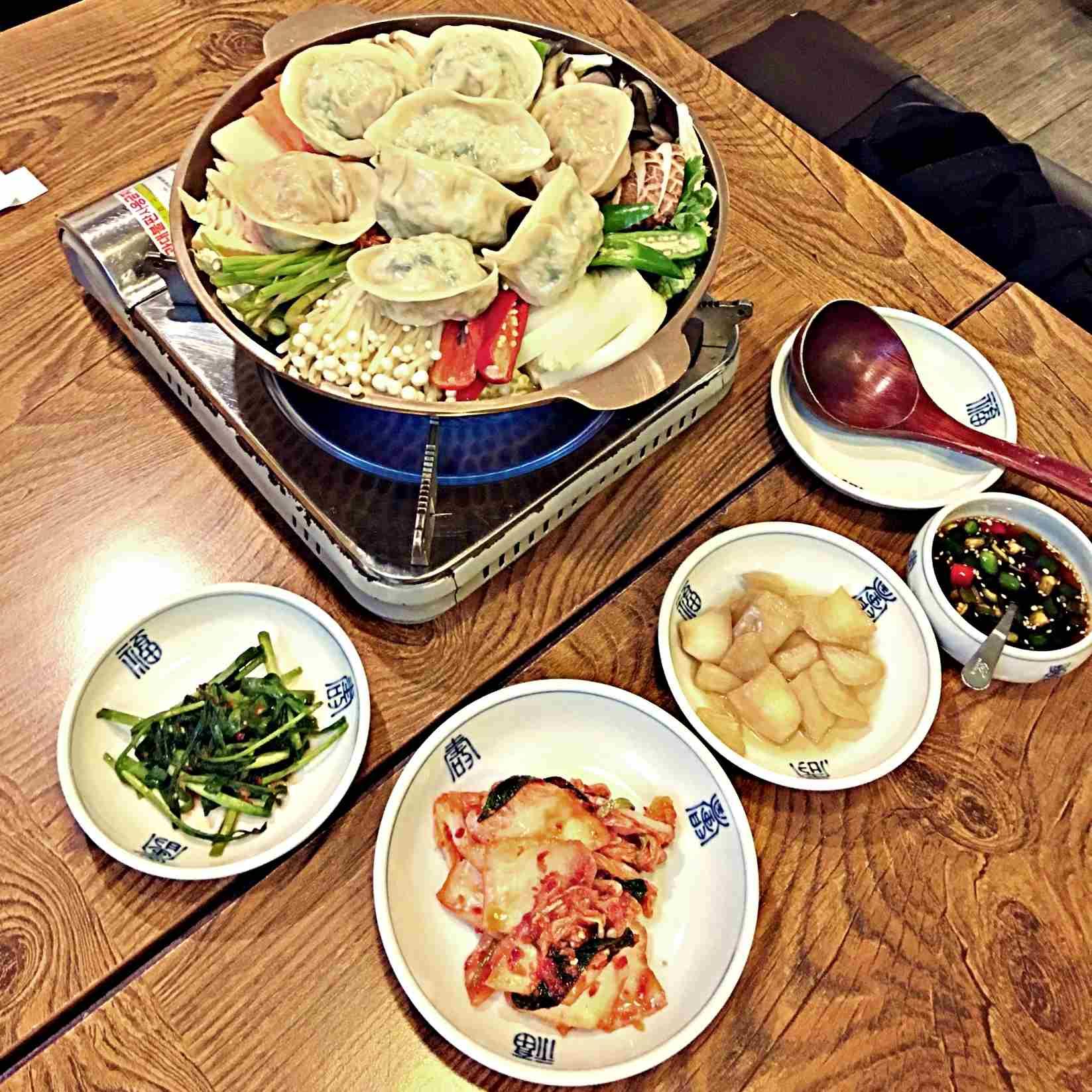 除了主角餃子鍋之外,當然還有不可或缺的韓式小菜。