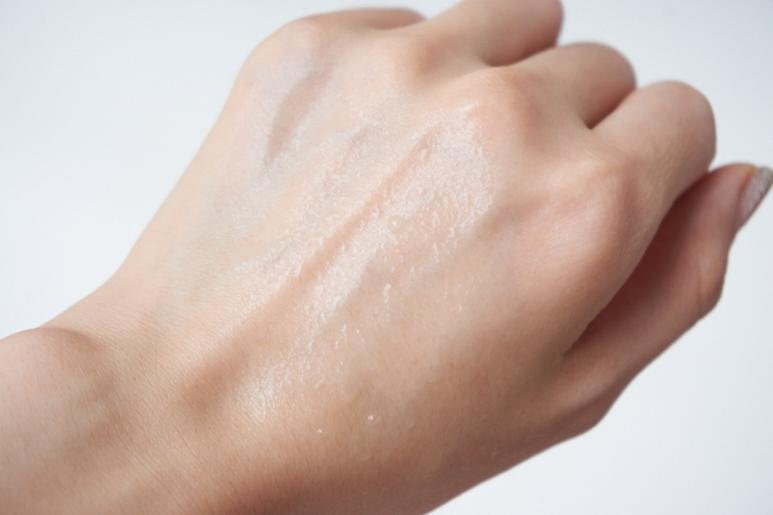 噴出來的水珠是無色的,但添加了蘋果水,能為肌膚帶來水潤與保護。
