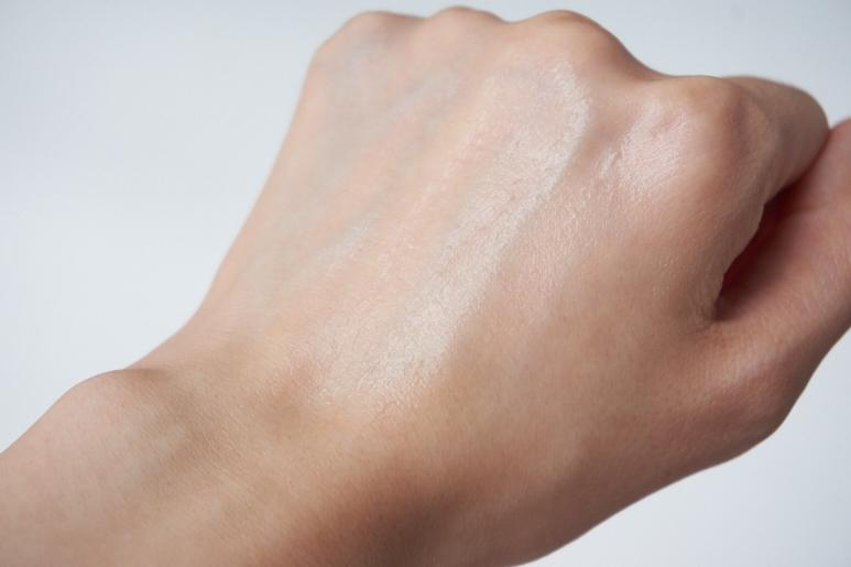 吸收後肌膚上會有一層透明保護膜的感覺,但不會有悶熱黏膩的感覺。