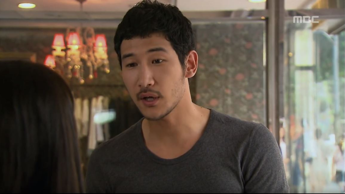 而近年來韓國偶像中發生最嚴重摩托車事故的,就是曾參與《咖啡王子一號店》的演員李彥,在收工後返家的路上發生嚴重車禍而送醫不治