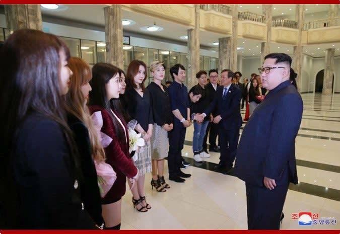 不僅北韓領導人金正恩說自己是「特別調整行程,來參觀表演團的演出」,會後金正恩竟然還在握手時,向Red Velvet 微微點頭示意