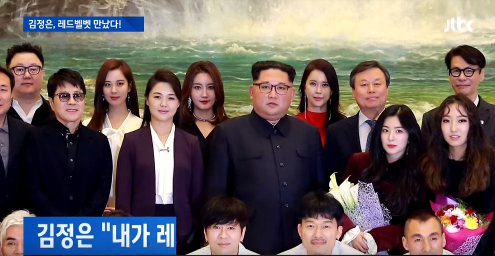 甚至Irene在拍照時,和成員「兩段式分離」,獨自站在金正恩身旁都讓Irene是「金正恩Pick」的爆笑說法成為話題。