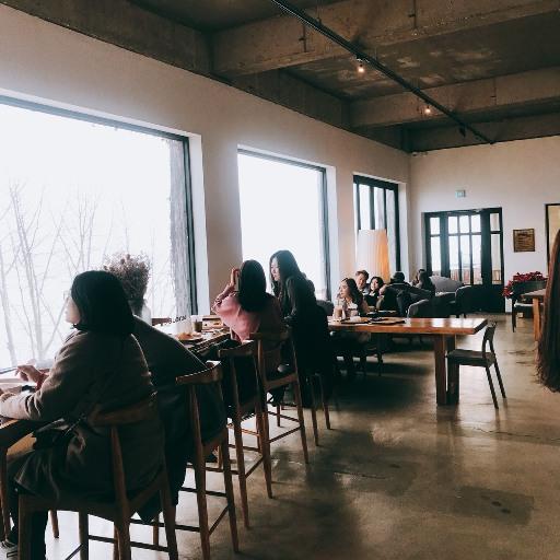 外觀走文青廢墟風,一進店裡最吸睛的是座位前一整面超大的窗戶,窗前座位超搶手,不過比較適合1~2人,所以可以看到許多情侶依偎窗前。