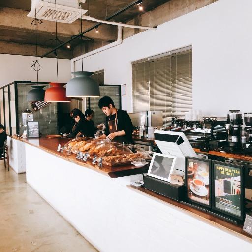 超大的窗戶讓店內即使沒有照明,也是明亮清爽!不像市中心咖啡廳走精巧路線,首爾近郊的咖啡廳點餐櫃檯都大到好任性阿!