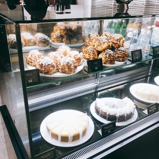 點心櫃中發現超大的泡芙塔!前面韓國顧客每組都點一顆,可見是店中招牌甜點!