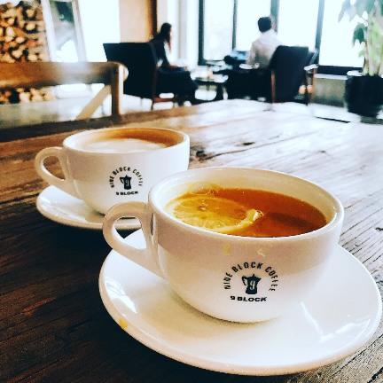 除了招牌咖啡系列,水果茶也是十分值得嘗試,裏頭還加了柳橙切片,一入口都是水果自身的鮮甜。