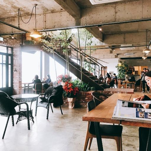 下方樓層空間更大!座位也更加舒適,這邊適合比較多人的聚會,說是咖啡廳更像文藝空間阿!