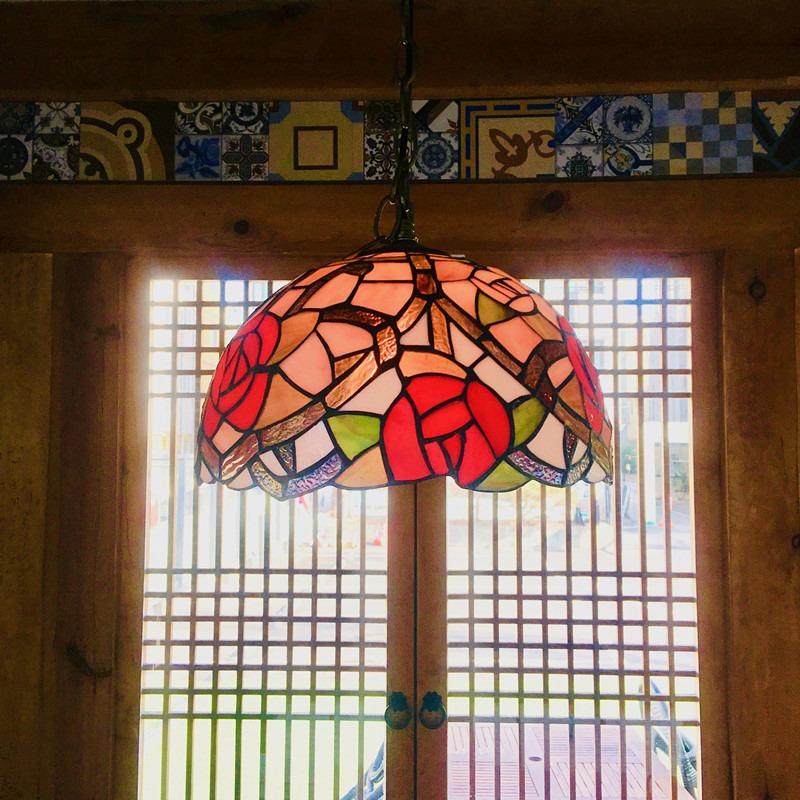 座位上方的燈飾運用歐洲教堂的花窗玻璃工藝,美得讓人從各角度拍不停,是小編認為這家店的一大特色!