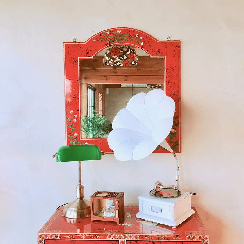 另外在鏡櫃上擺設以前的檯燈款式、唱盤與小小電視機,是個充滿復古元素的角落!
