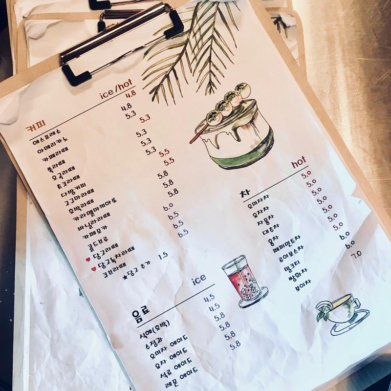 菜單上打愛心的想見就是推薦品項囉!也就是右上角畫得讓人垂涎欲滴的「당고라떼/당고녹차라떼(糰子拿鐵/綠茶拿鐵)」
