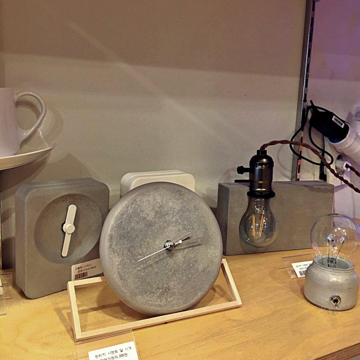 簡單設計感的時鐘、燈泡造型檯燈,也都好好看呀。