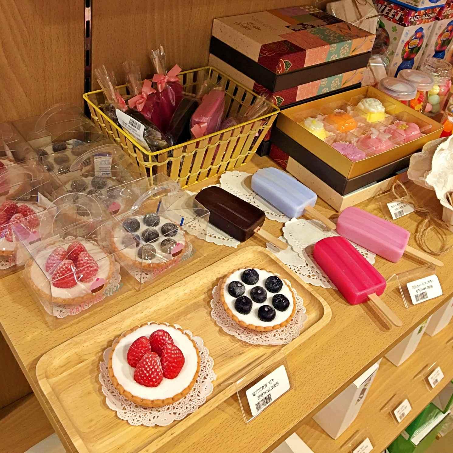 這是食物造型蠟燭,這邊賣了很多香氛蠟燭,整間店都香香的。
