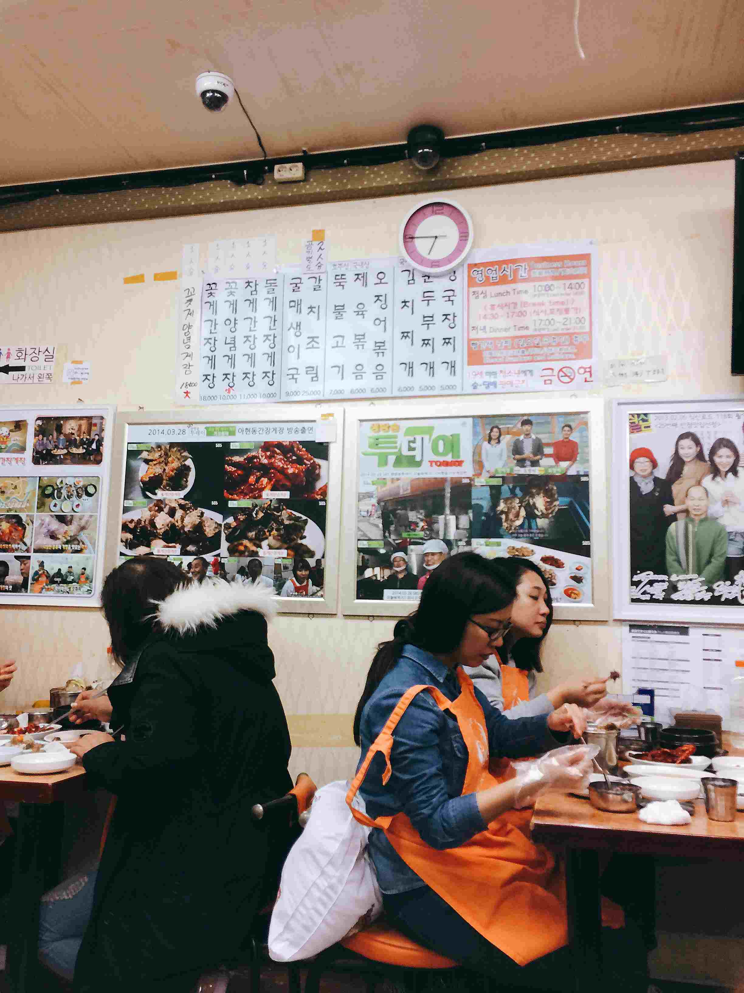 這間店到底有多有名? 大家只要看看牆上的報導就知道,不少綜藝節目或是飲食節目都來這裡進行拍攝。