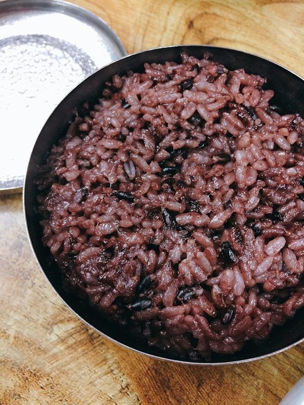 每份醬油醃生蟹都會有紫米飯提供,記得要把飯放到蟹蓋上,與紫菜拌在一起吃,簡直就是人間極品啊!