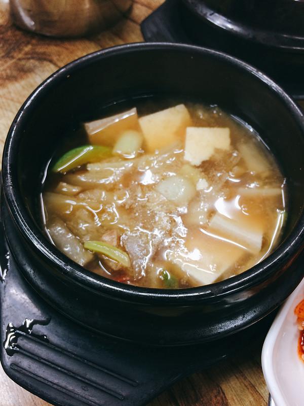 除了紫米飯,店家還會贈送大醬湯,這裡的大醬湯豆腐還很多呢!