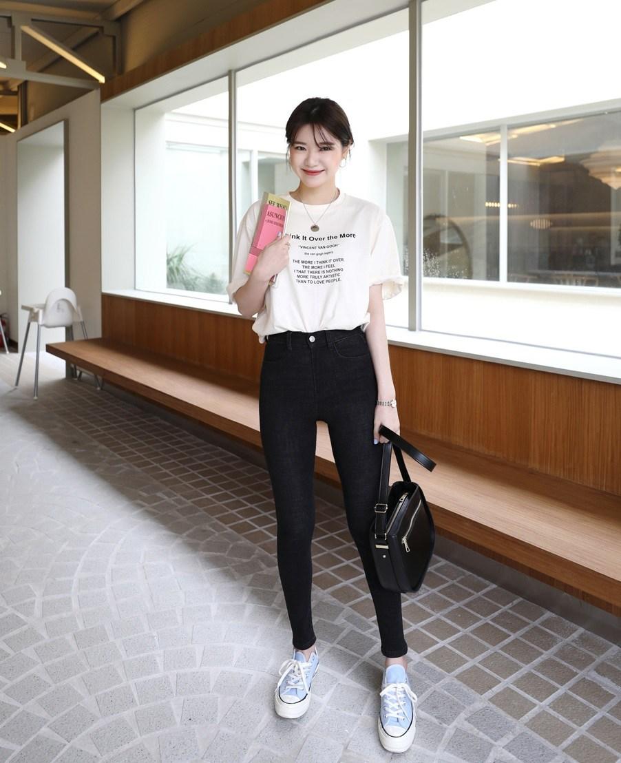 #白T+緊身黑褲: 上身下緊的穿搭方式其實最能夠顯現身材,而且這種穿搭男生看了會覺得有種隱約的性感,絕對不會出錯、萬無一失的搭配就是他們啦!