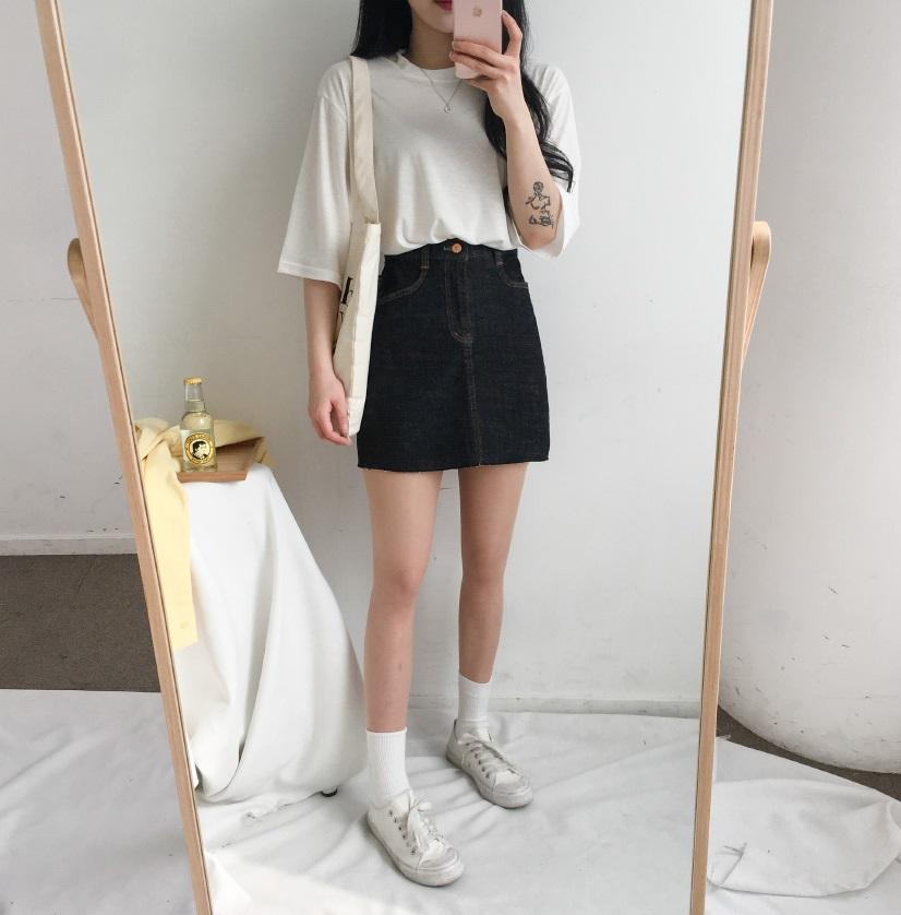 #白T+A字裙: A字短裙一直以來都是女生的愛,看在男生眼裡也是超讚的一種搭配啊!有種清純的氣息,露出的腿部比例不會太多,卻能夠引人遐想,製造出性感氛圍。