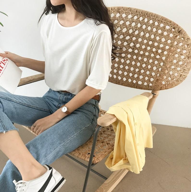 #白T+牛仔褲: 除了牛仔外套之外,牛仔長褲也是跟白T最適合的款式啦~從5歲到65歲都很適合,對男生來說也是最百搭的一種搭配,當然看到女生穿也會覺得乾淨漂亮啦~