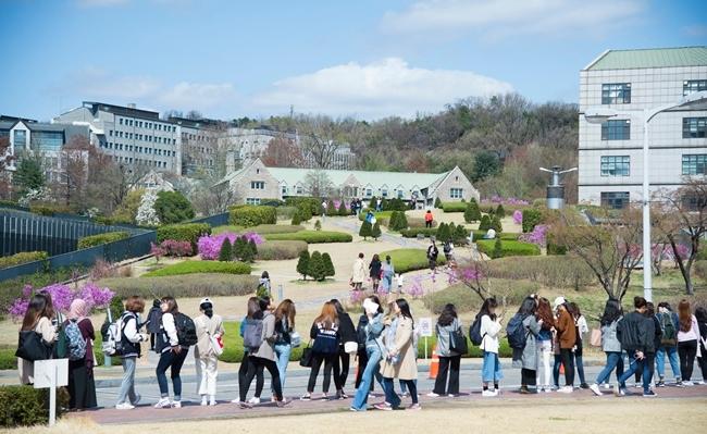 上個月23日起,梨花女子大學的學生在造型藝術大學K教授和音樂大學S教授的研究室前貼滿要求退職的便條紙。