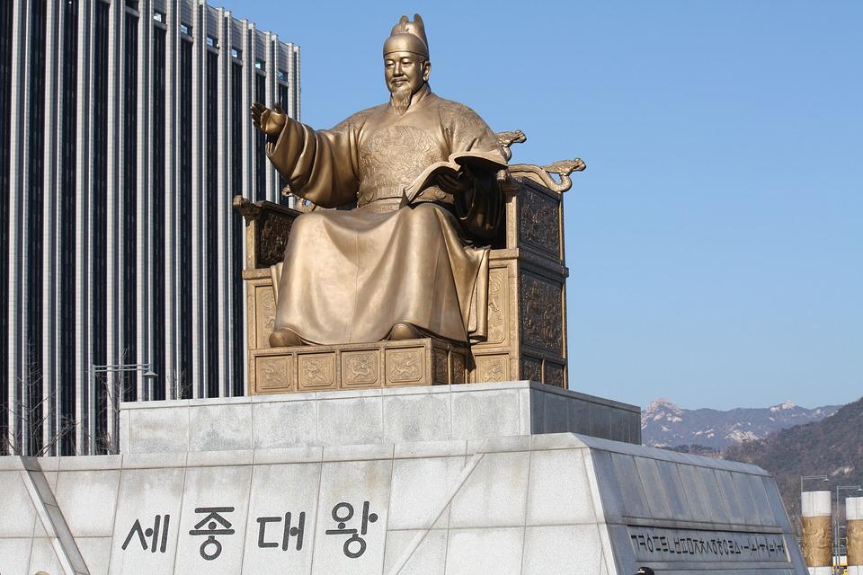 景福宮前面的光化門廣場絕對是到首爾必去的景點之一,不但有朝鮮王朝水軍將領李舜臣的雕像和世宗大王像,更鄰近清溪川及青瓦台