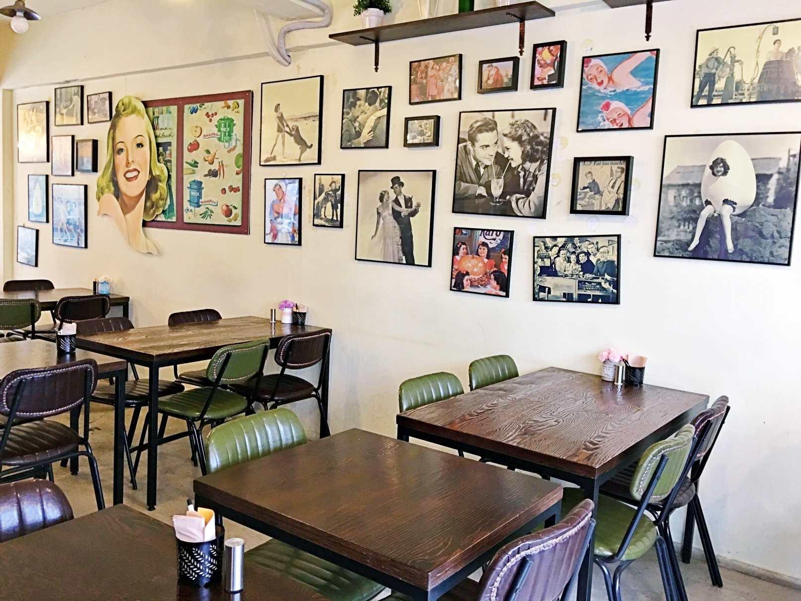 店內走美式復古風裝潢,牆上掛滿了復古海報。