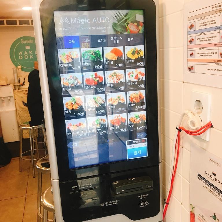 韓國十分流行點餐機,每個菜單都配上照片,就算不會韓語也能輕鬆點菜,不用跟店員大眼瞪小眼,結帳直接插入信用卡即可。