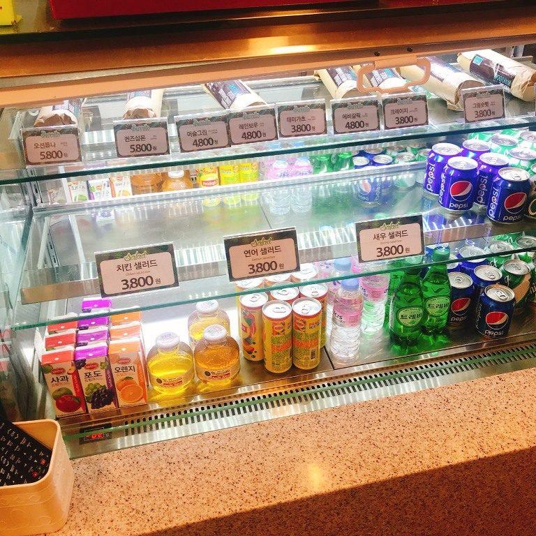 飲料櫃的飲品也可以直接利用點餐機選擇,取餐時會一起附上。
