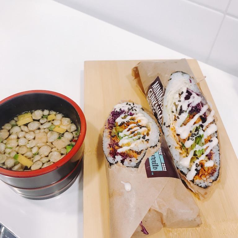 不同傳統飯捲切段,這裡直接剖半,方便客人直接取用,還附上一碗韓式魚板湯。